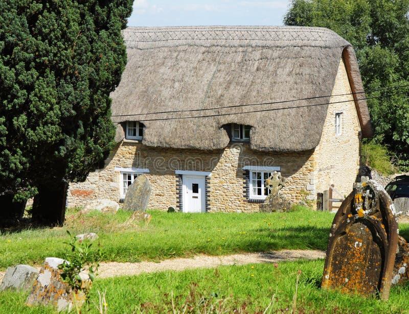 Traditionelle englische Dorf-Häuschen stockbilder