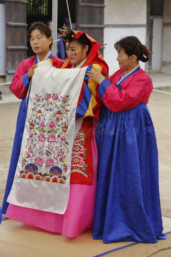 Traditionelle ethnische Hochzeit von Volksleuten an traditionellem Volksdorf Namsangol, Seoul, Südkorea - November 2013 stockfotos