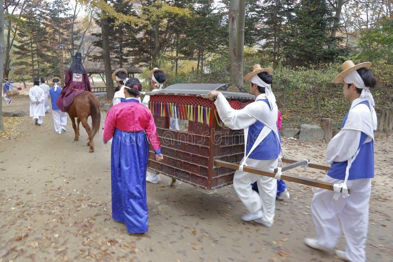 Traditionelle ethnische Hochzeit von Volksleuten an traditionellem Volksdorf Namsangol, Seoul, Südkorea - November 2013 lizenzfreies stockbild