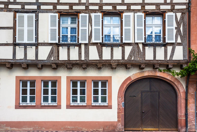Traditionelle Fachwerkhäuser in Wissembourg lizenzfreies stockfoto