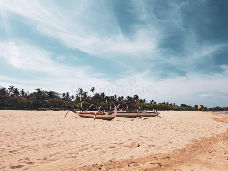 Traditionelle Fischerboote auf dem Strand von Bali lizenzfreie stockfotos