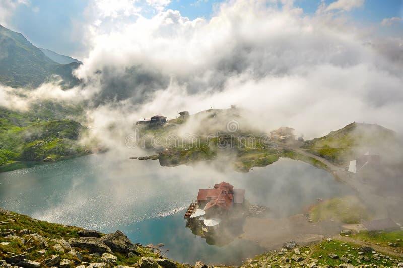 Traditionelle Gaststätte auf einem See lizenzfreies stockfoto