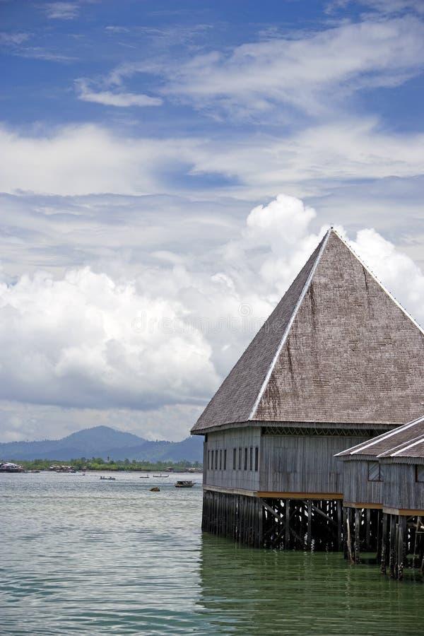 Traditionelle Gebäude auf Stelzen lizenzfreie stockbilder