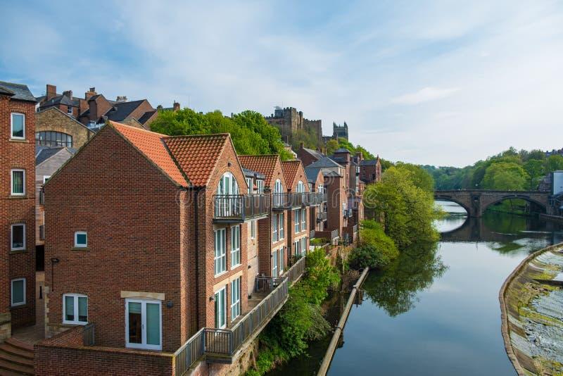 Traditionelle Gebäude entlang der Bank der Fluss-Abnutzung, Durham, England lizenzfreie stockfotos