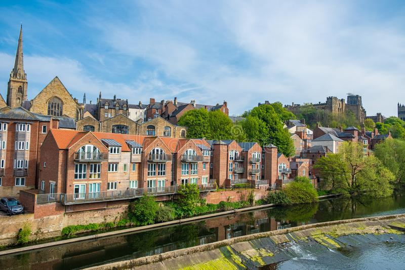 Traditionelle Gebäude entlang der Bank der Fluss-Abnutzung, Durham, England stockfotografie