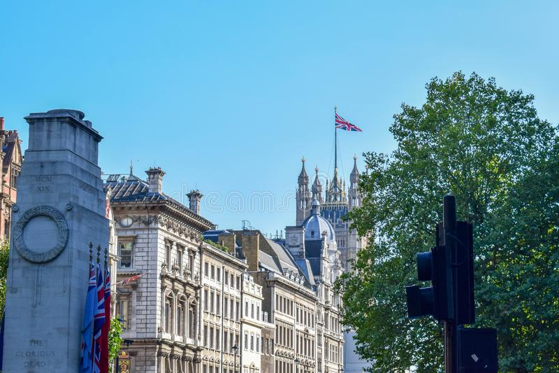 Traditionelle Gebäude und Palast von Westminster in London auf Sunny Summer Day stockfoto