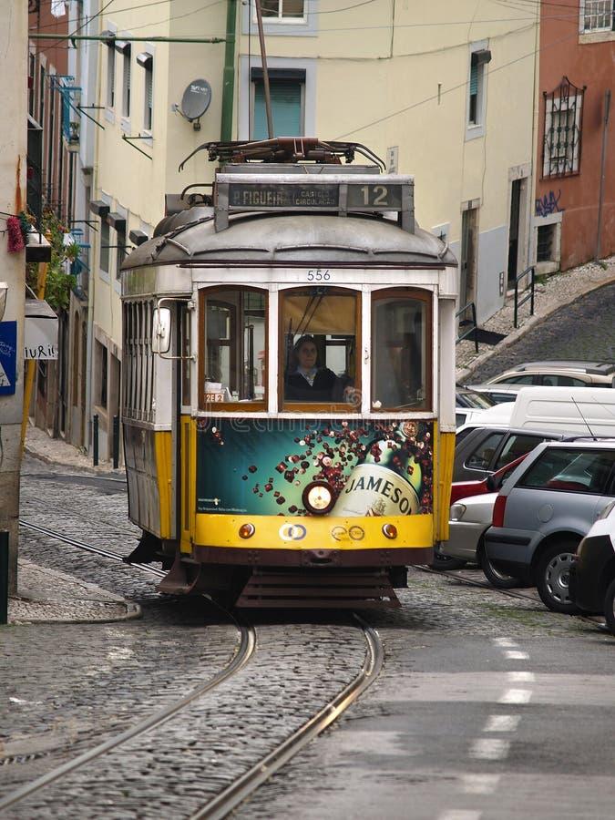 Traditionelle gelbe Förderwagen in Lissabon stockfotos