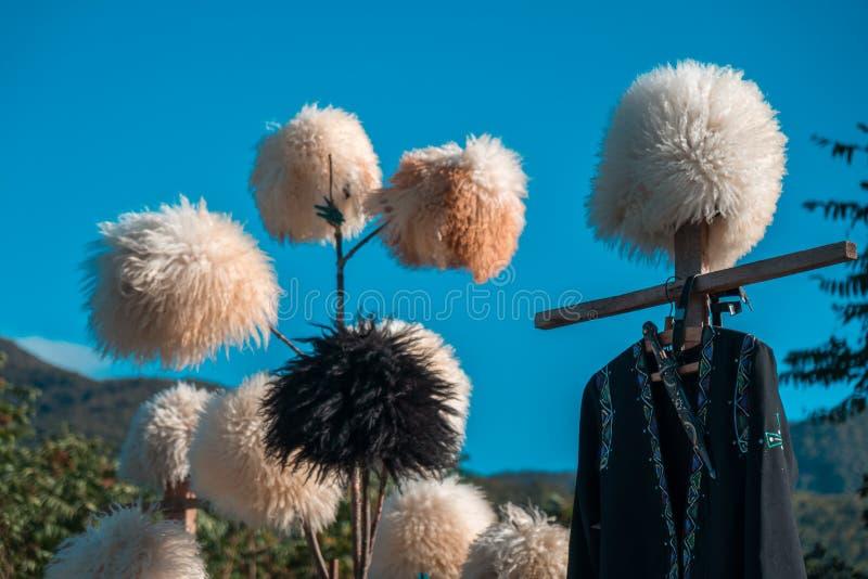 Traditionelle georgische Pelzhüte und -mäntel hergestellt von der Schafwolle in Georgia stockfoto