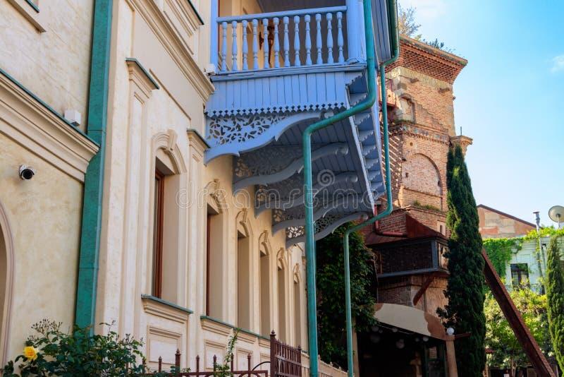 Traditionelle geschnitzte Balkone und bunte H?user in der alten Stadt von Tiflis, Georgia stockfotos