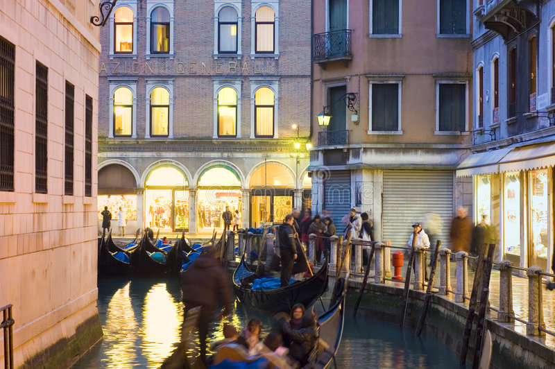 Traditionelle Gondelfahrt nachts in Venedig lizenzfreie stockfotos
