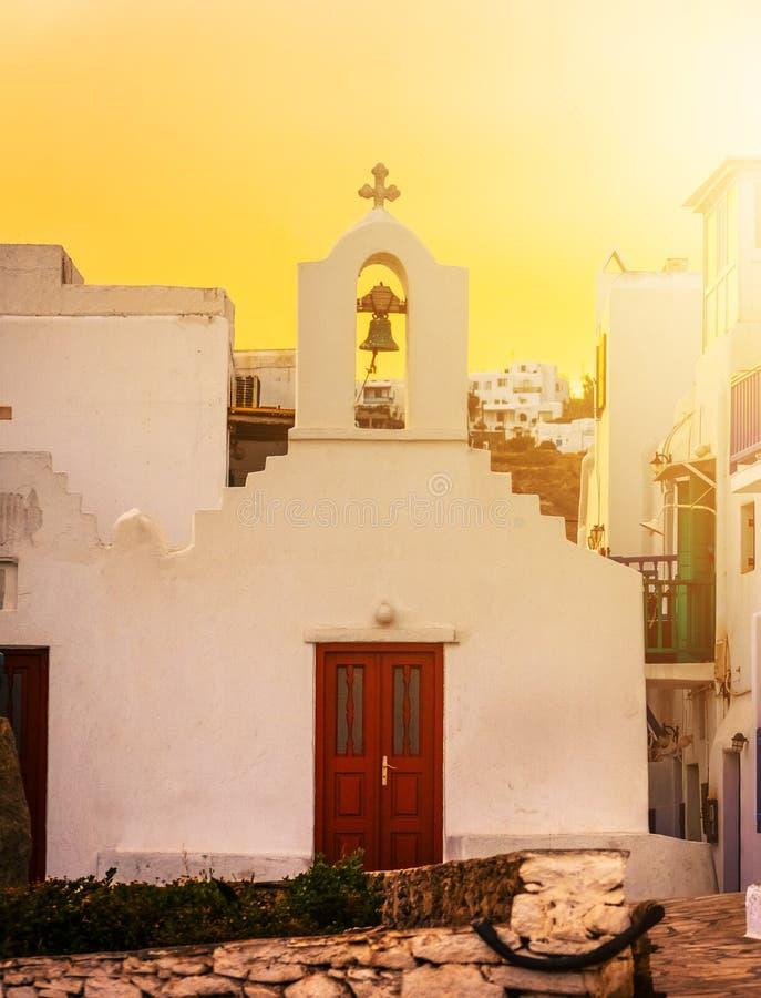 Traditionelle griechische Kirche bei Sonnenuntergang stockfotos