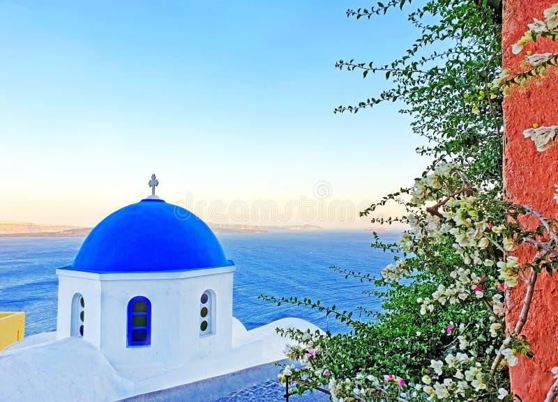 Traditionelle griechische orthodoxe Kapelle in Oia-Dorf Santorini-Insel Griechenland lizenzfreie stockbilder