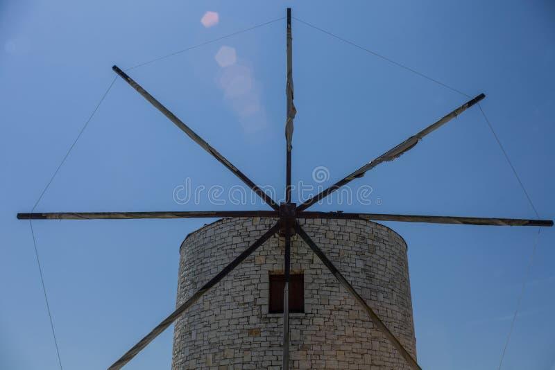 Traditionelle griechische Windmühle mit acht Metallblättern Mittelalterlicher Markstein für die Besichtigung Ziegelstein überlage lizenzfreies stockfoto