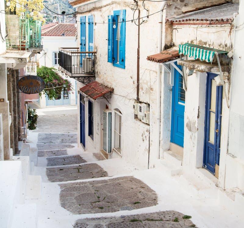 Traditionelle Häuser auf den griechischen Inseln in den blauen Farben lizenzfreie stockbilder