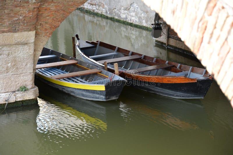 Traditionelle hölzerne Fischerboote in der Stadt von Comacchio lizenzfreie stockfotos