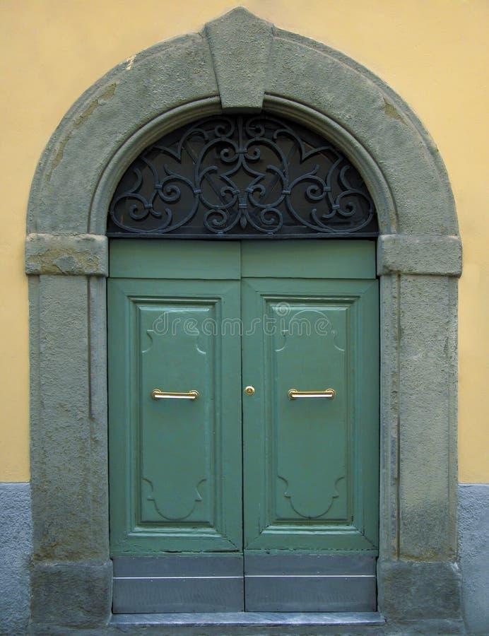 Traditionelle hölzerne italienische Tür mit Steinfeld lizenzfreies stockbild
