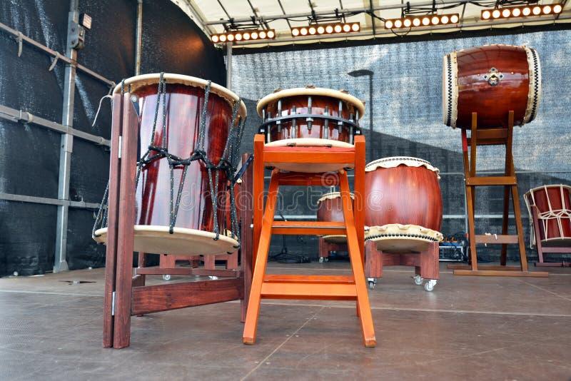 Traditionelle hölzerne japanische Taiko-Trommeln auf Stadium stockbilder