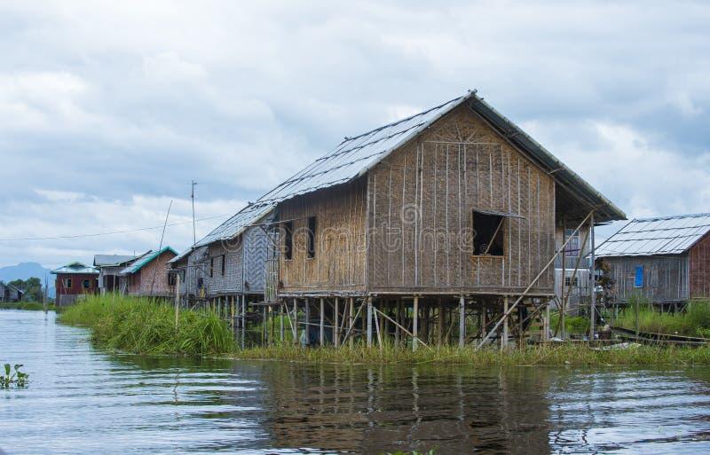 Traditionelle hölzerne Pfahlhäuser im Inle See Myanmar lizenzfreie stockbilder