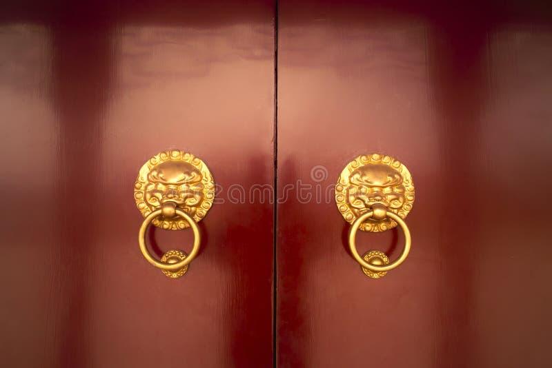 Download Traditionelle hölzerne Tür stockfoto. Bild von architektur - 12203644