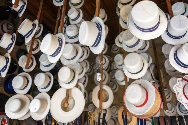 Traditionelle Hüte für Verkauf lizenzfreie stockfotos