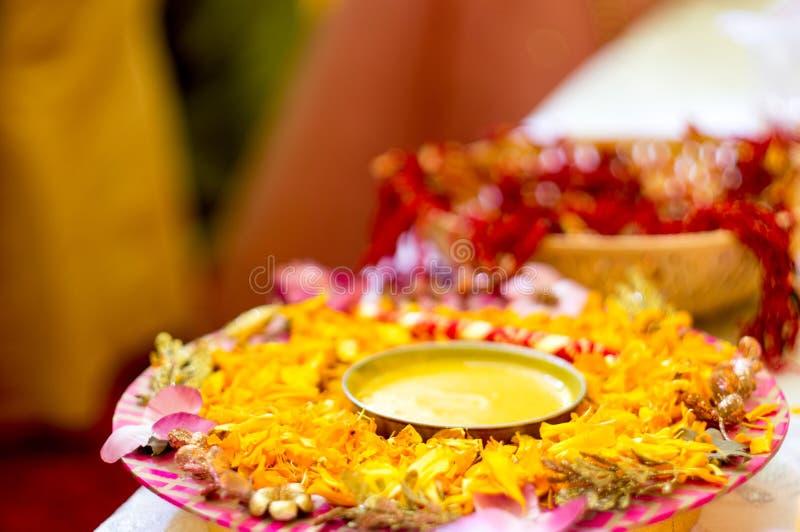 Traditionelle Haldi-Gelbwurz hielt auf einer Blumenplatte für die hindische Trauung stockfoto