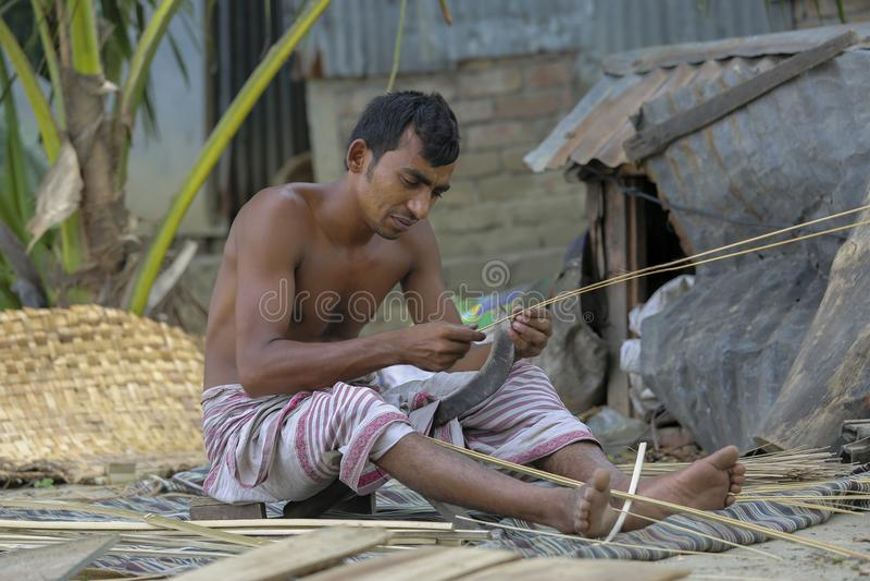 Traditionelle Handfans werden bei Cholmaid in Verband Dhaka's Bhatara gemacht, nachdem man Rohstoffe von Mymensingh geholt hat lizenzfreie stockfotografie