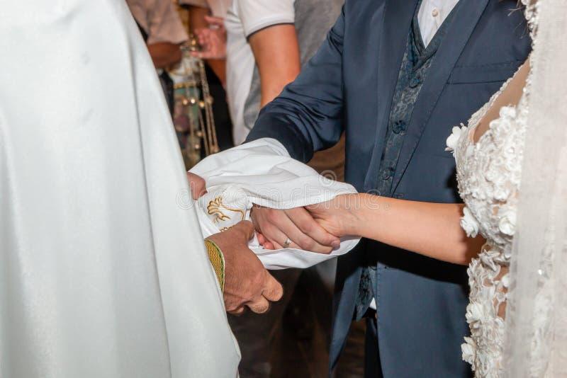 Traditionelle Hochzeit, die in der Kirche handfasting ist lizenzfreie stockfotos