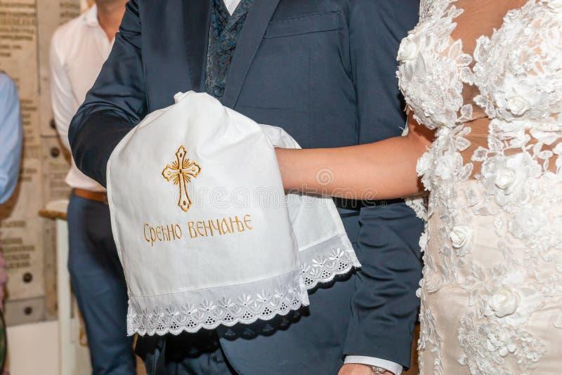 Traditionelle Hochzeit, die in der Kirche handfasting ist stockfotos