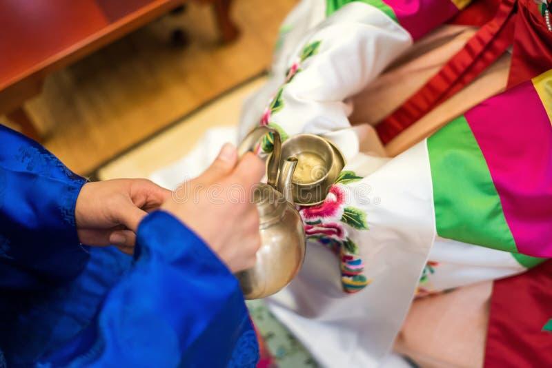Traditionelle Hochzeit in Korea Hände des Bräutigams lizenzfreies stockbild