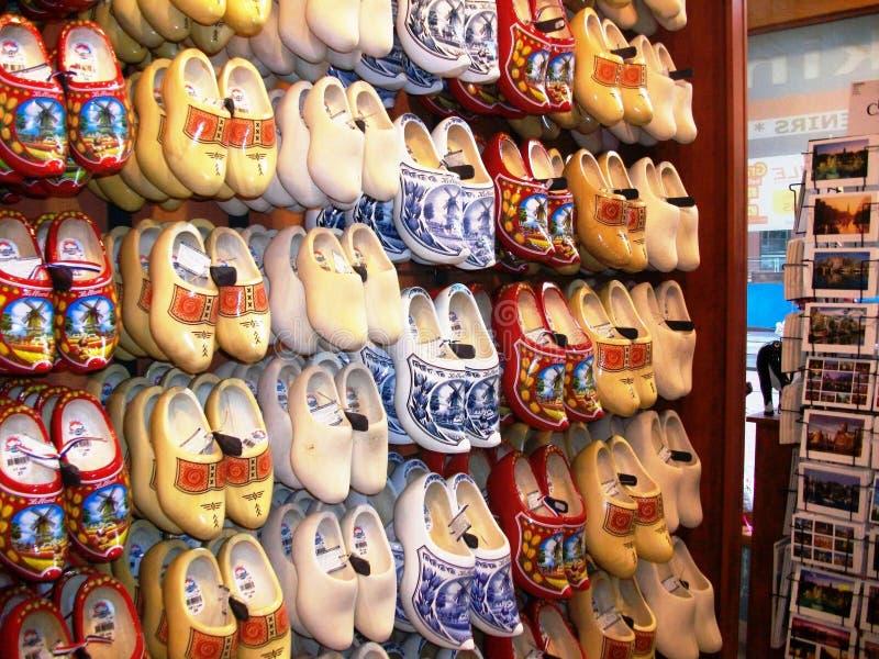 Traditionelle Holländer verstopft - hölzerne Schuhe, in einem des Andenkensouvenirladens in Amsterdam, Holland, die Niederlande stockfoto