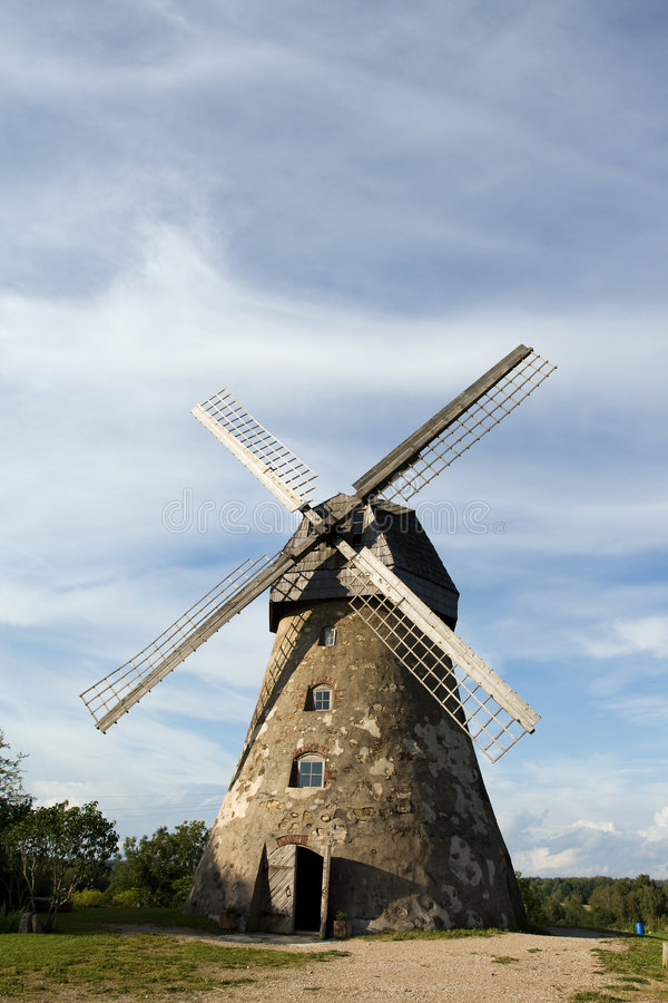 Traditionelle holländische Windmühle in Lettland lizenzfreie stockfotos