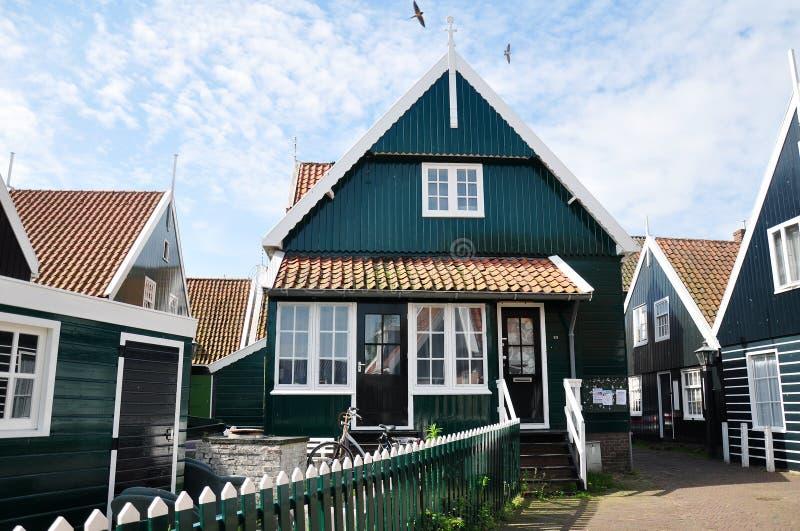 Traditionelle Holzhäuser in Marken, die Niederlande stockbilder