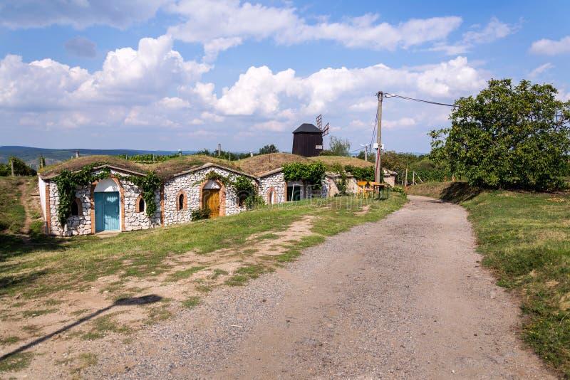 Traditionelle Holzwindmühle, Vrbice, Bezirk Breclav, Südmähren, Tschechische Republik, sonniger Tag stockbild