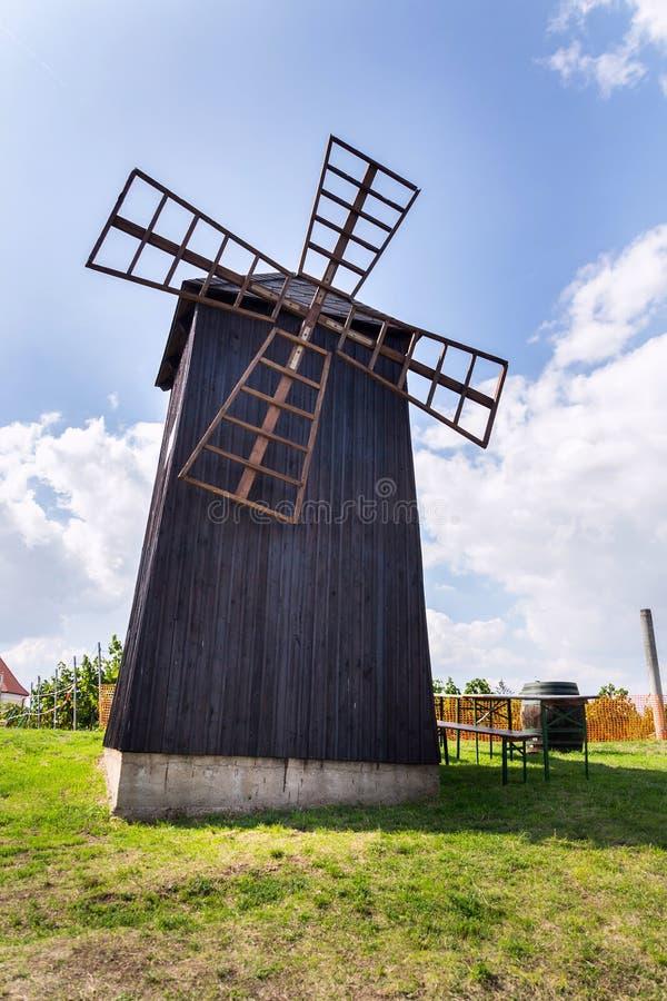Traditionelle Holzwindmühle, Vrbice, Bezirk Breclav, Südmähren, Tschechische Republik, sonniger Tag stockfotografie