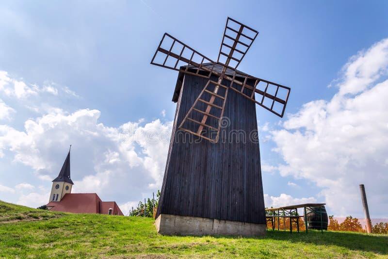 Traditionelle Holzwindmühle, Vrbice, Bezirk Breclav, Südmähren, Tschechische Republik, sonniger Tag lizenzfreies stockfoto