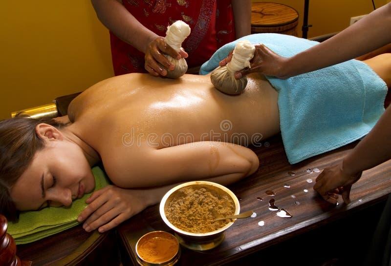 Traditionelle indische ayurvedic Schmierölmassage stockfotos