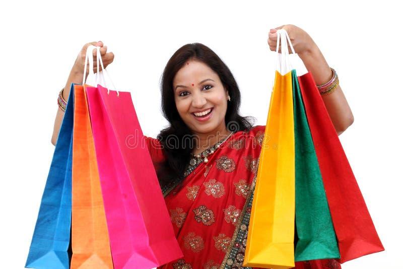 Traditionelle indische Frau, die Einkaufstaschen hält lizenzfreie stockfotografie