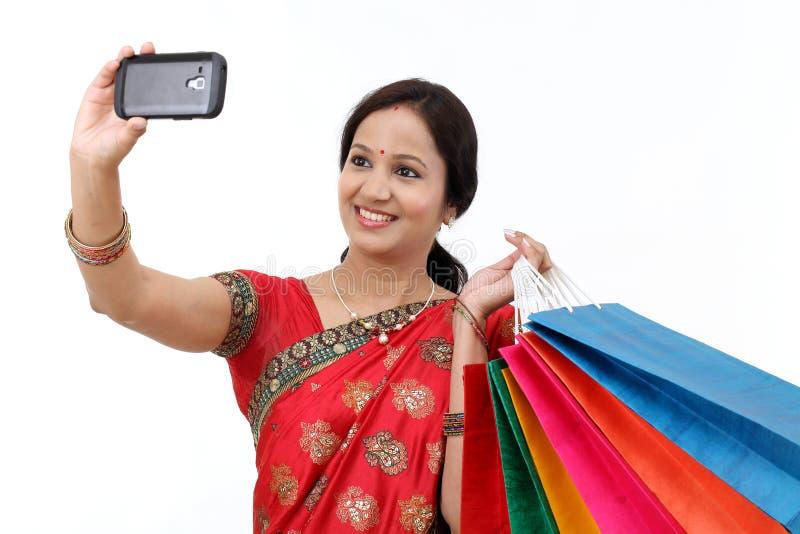 Traditionelle indische Frau mit Einkaufstaschen lizenzfreies stockbild