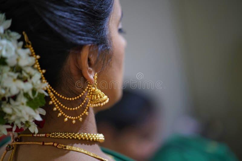 Traditionelle indische hindische Braut mit Frisur und Verzierungen lizenzfreie stockfotografie
