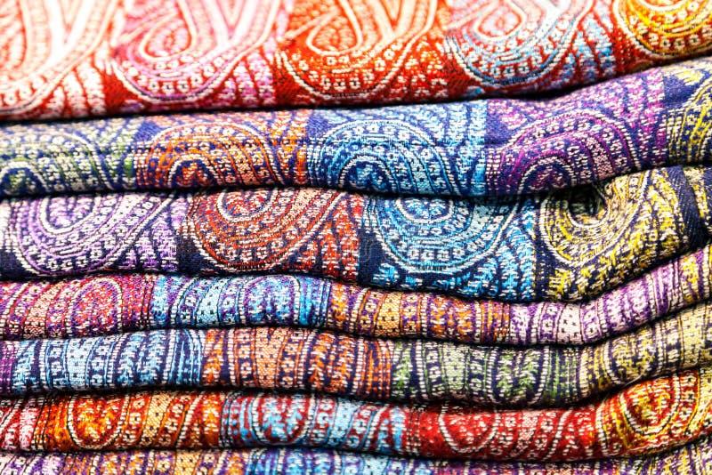 Traditionelle indische tippets Farbige Gewebe lizenzfreies stockbild