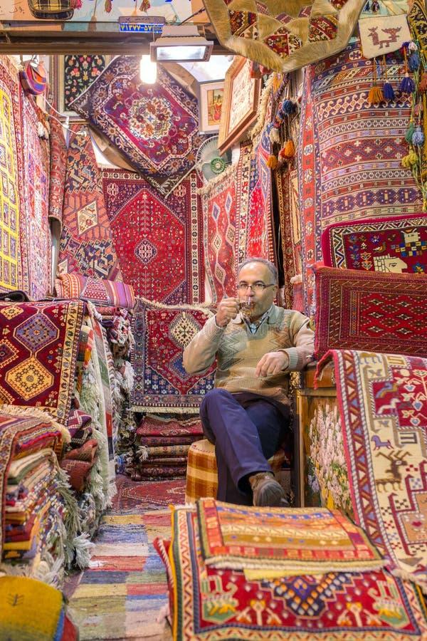 Traditionelle iranische Teppiche kaufen in Vakil-Basar, Shiraz, der Iran lizenzfreies stockbild