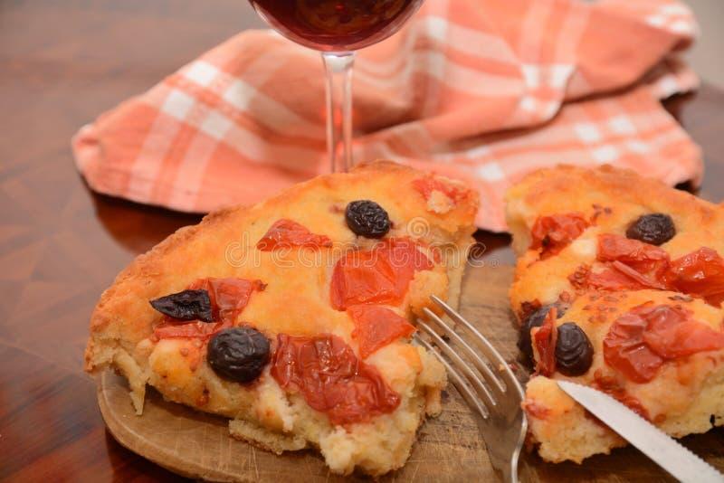 Traditionelle italienische focaccia Nahrungsmittelpizza mit Tomate Oliva-Knoblauchöl auf Tabellensnack-food lizenzfreies stockfoto