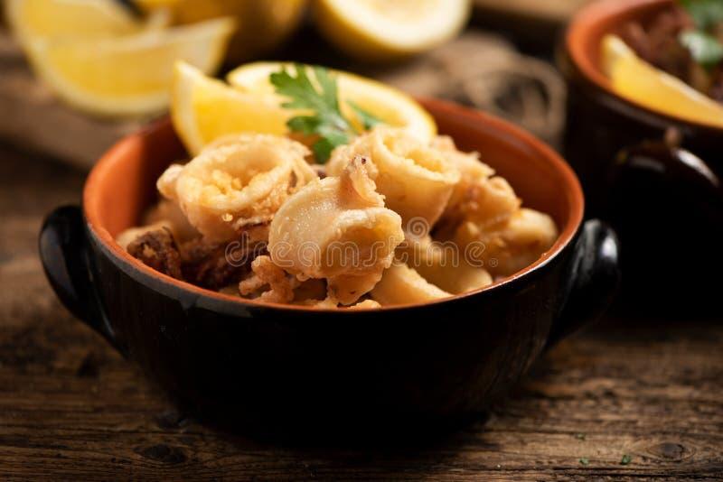 Traditionelle italienische gebratene Calamari- und Zitronenscheibe lizenzfreie stockfotografie