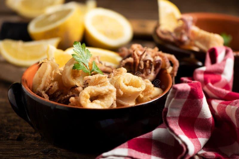 Traditionelle italienische gebratene Calamari- und Zitronenscheibe lizenzfreies stockbild
