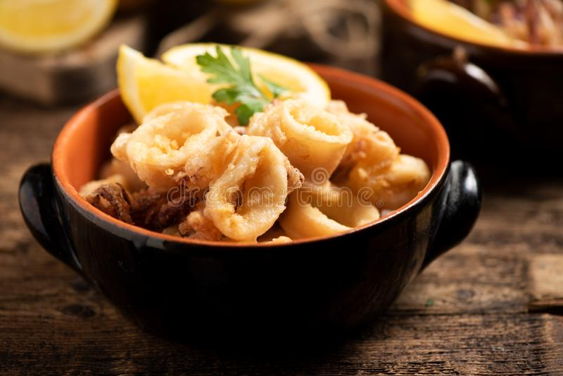 Traditionelle italienische gebratene Calamari- und Zitronenscheibe lizenzfreies stockfoto