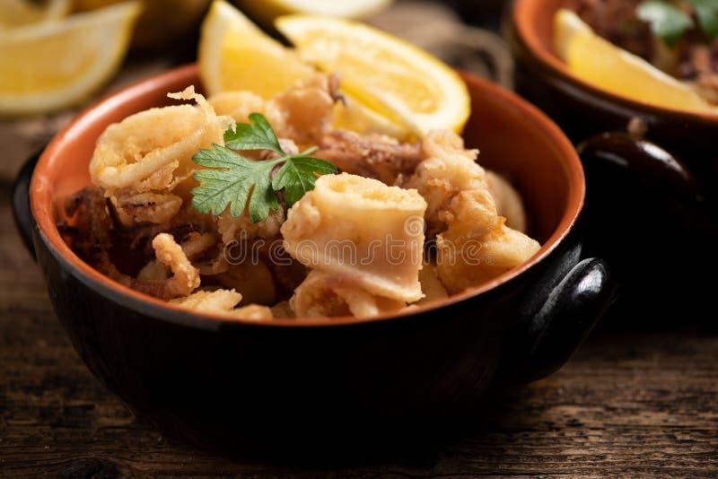 Traditionelle italienische gebratene Calamari- und Zitronenscheibe stockfotografie