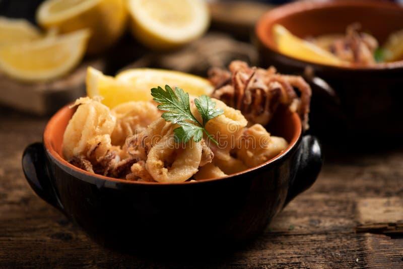 Traditionelle italienische gebratene Calamari- und Zitronenscheibe lizenzfreie stockbilder