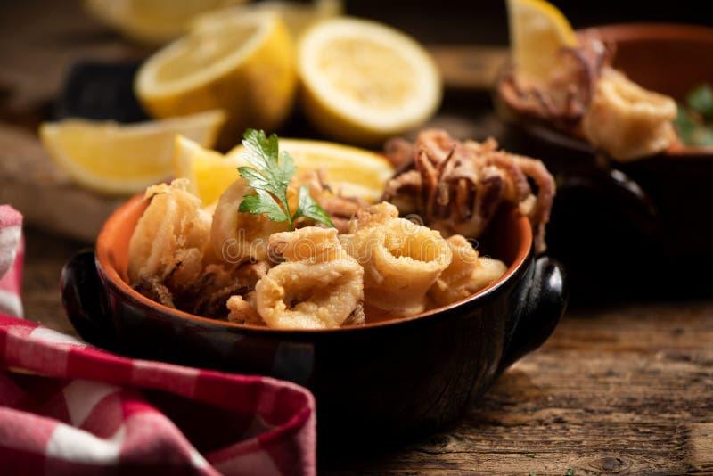 Traditionelle italienische gebratene Calamari- und Zitronenscheibe stockbild