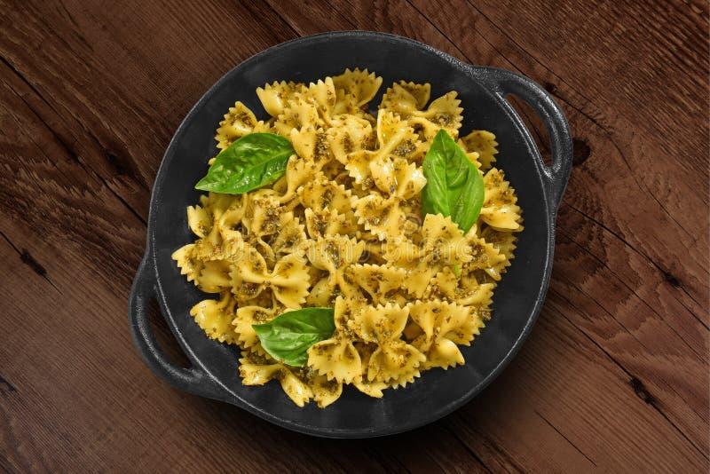 Traditionelle italienische Pasta auf schwarzer rustikaler Pfanne stockfoto
