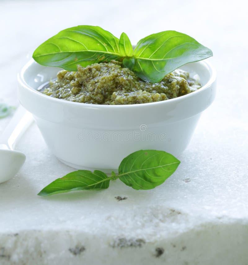 Traditionelle italienische Pestosoße mit Basilikum stockbild